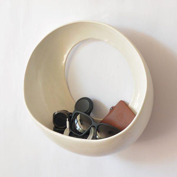 luna de ceramica marca tuio diseño mexicano maceta de pared llaves telefono y cartera