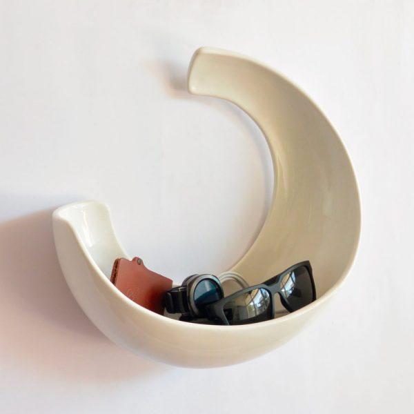 luna de ceramica marca tuio diseño mexicano contenedor de pared reloj lentes cables